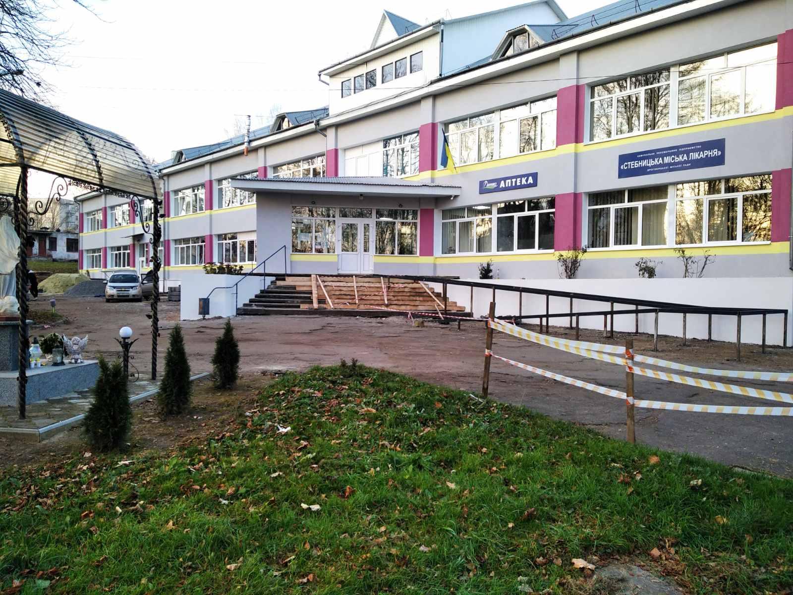 Новий яскравий фасад Стебницької міської лікарні